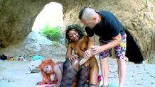 Grosse baise à trois dans une grotte du sexe