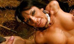 Une bonnasse latine avec une paire de seins grosse comme ça!