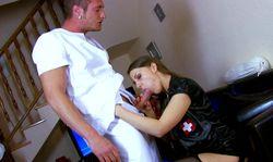 L'infirmière aux petits soins de son gland