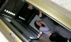 Elle suce Terry dans l'ascenseur.