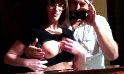 Il sort sa caméra amateur et se filme la baisant dans les WC